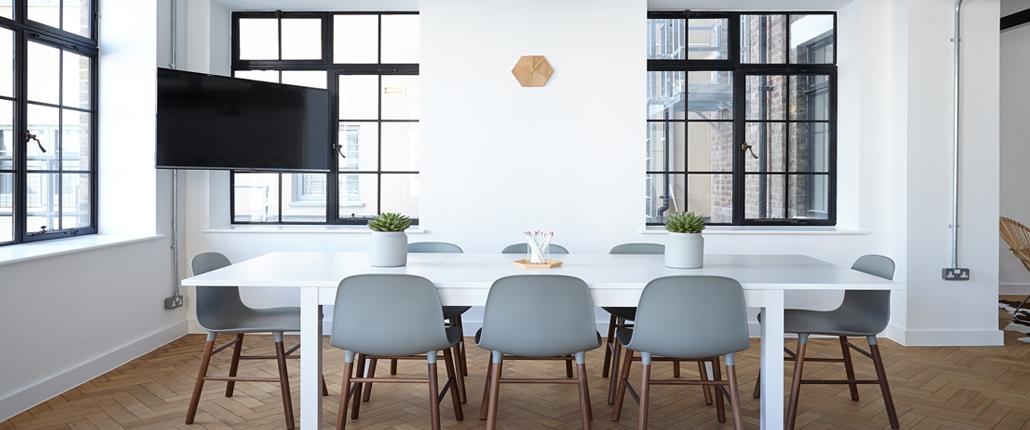 Konferenzraum im Fabrik Stil, langer Tisch mit 8 Stühlen